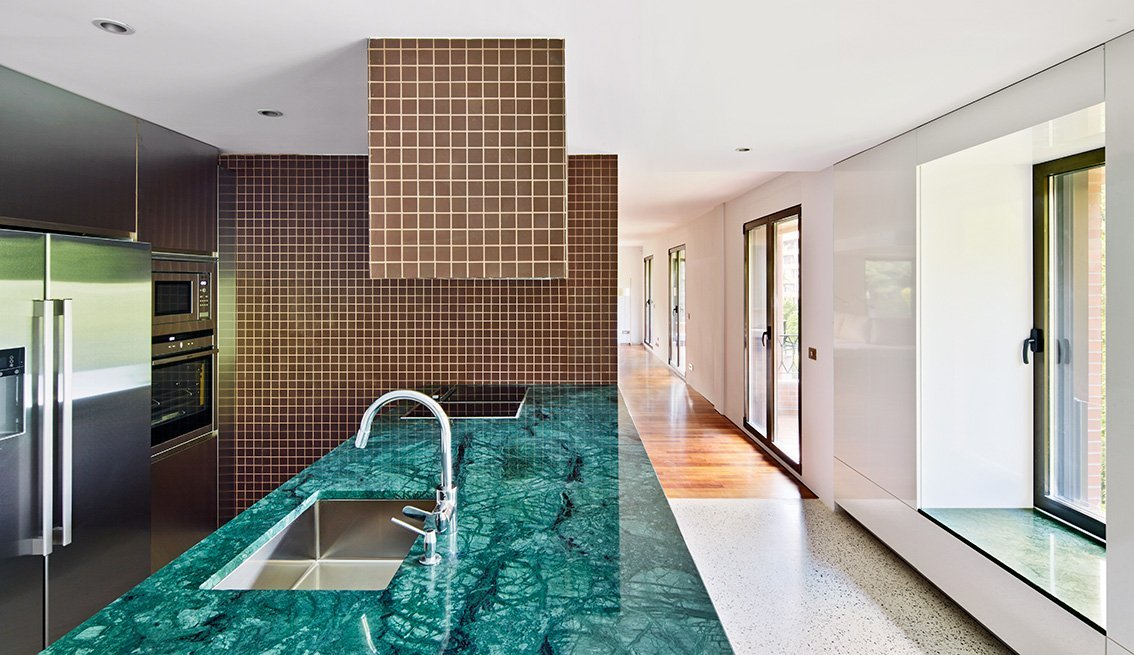 Una vivienda en miraconcha que quita el hipo etxe co for Granito color verde