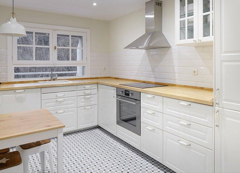 Reforma en un d plex abuhardillado de estilo ingl s - Baldosa hidraulica cocina ...