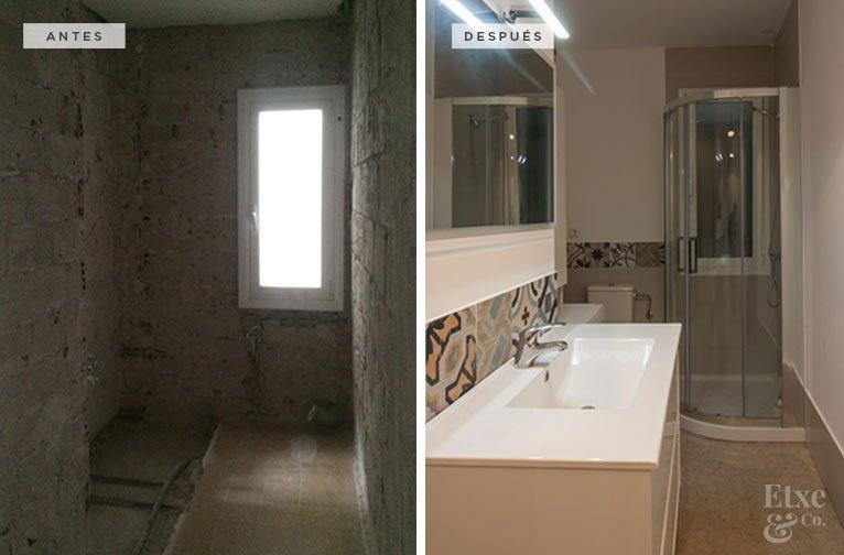 Antes y después de la reforma del baño en la vivienda de Ulia, San Sebastián.